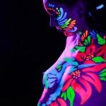 מיצג ציור גוף זורח באולטרה סגול (UV) במסיבה