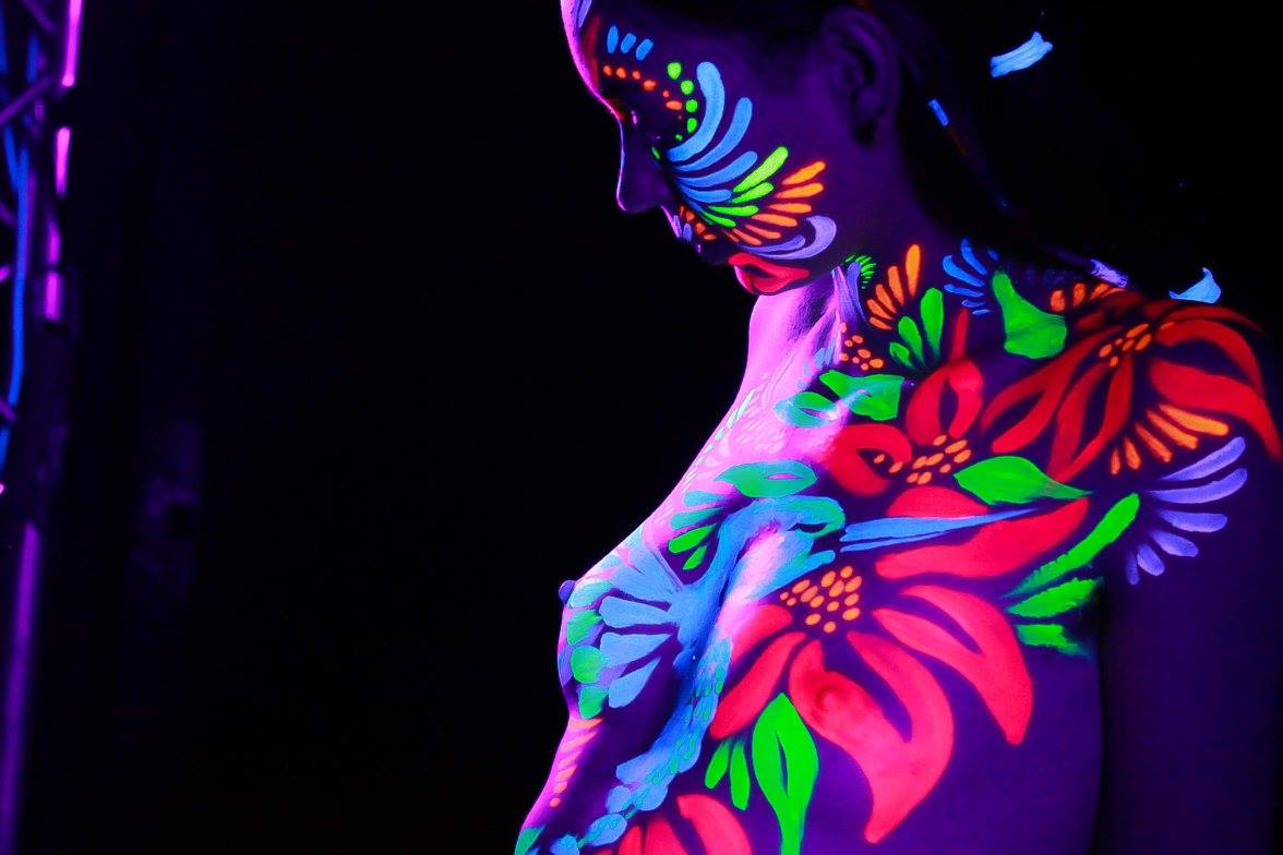 UV Bodypainting- Live painting at a party